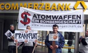 Vor der Commerzbank am Weltspartag. Foto: Heidi Kassai